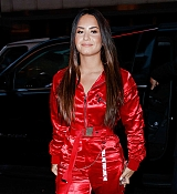 Demi_Lovato_-_Arriving_at_Jimmy_Fallon_studio_in_New_York_on_September_18-02.jpg