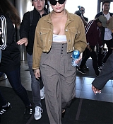 Demi_Lovato_-_At_LAX_airport_on_January_222C_2018-02.jpg