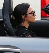 Demi_Lovato_-_Christmas_shopping_in_Beverly_Hills2C_CA_on_December_24-02.jpg