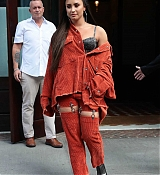 Demi_Lovato_-_Leaving_her_hotel_in_New_York_on_October_7-04.jpg