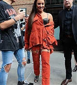 Demi_Lovato_-_Leaving_her_hotel_in_New_York_on_October_7-08.jpg