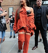 Demi_Lovato_-_Leaving_her_hotel_in_New_York_on_October_7-09.jpg