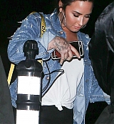 Demi_Lovato_-_Makes_a_mad_dash_to_her_car_while_leaving_No_Vacancy_in_Hollywood2C_CA_-_April_400003.jpg