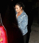 Demi_Lovato_-_Makes_a_mad_dash_to_her_car_while_leaving_No_Vacancy_in_Hollywood2C_CA_-_April_400005.jpg