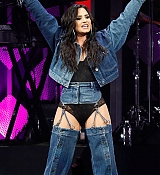 Demi_Lovato_-_Performing_at_2017_Y100_Jingle_Ball_on_December_17-08.jpg