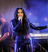 Demi_Lovato_-_Performs_at_Fontainebleau_Miami_Beach_on_December_31-03.jpg