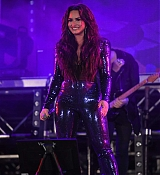 Demi_Lovato_-_Performs_at_Fontainebleau_Miami_Beach_on_December_31-05.jpg