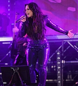 Demi_Lovato_-_Performs_at_Fontainebleau_Miami_Beach_on_December_31-07.jpg