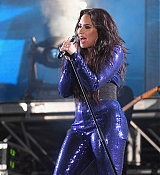 Demi_Lovato_-_Performs_at_Fontainebleau_Miami_Beach_on_December_31-08.jpg