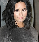 Demi_Lovato_-_The_Empire_State_Building_in_New_York_on_March_20-02.jpg