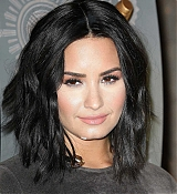 Demi_Lovato_-_The_Empire_State_Building_in_New_York_on_March_20-03.jpg