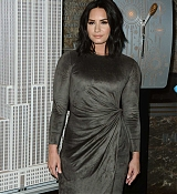 Demi_Lovato_-_The_Empire_State_Building_in_New_York_on_March_20-08.jpg