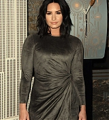 Demi_Lovato_-_The_Empire_State_Building_in_New_York_on_March_20-09.jpg