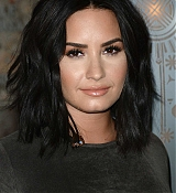 Demi_Lovato_-_The_Empire_State_Building_in_New_York_on_March_20-10.jpg