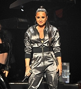 Demi_Lovato_-_WiLD_94_9_s_FM_s_Jingle_Ball_2017_on_November_30-02.jpg