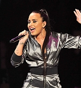 Demi_Lovato_-_WiLD_94_9_s_FM_s_Jingle_Ball_2017_on_November_30-03.jpg