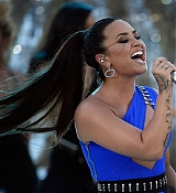 Demi_Lovato_-_performing_at_2017_MTV_Video_Music_Awards_on_August_27-07.jpg
