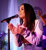 Private_performance_for_Spotify_Superfans_in_Los_Angeles_-_September_15-04.jpg
